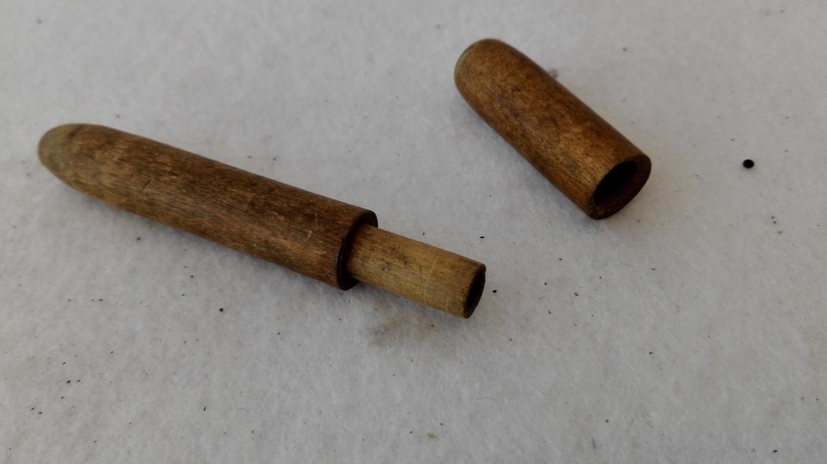 Form: Sylindarforma. 2 deler som fell saman.