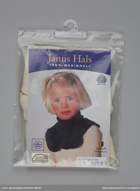 Hals i barnestørrelse (110 cm / 4 år) i naturfarga merinoull. Pakka i plast- og pappemballasje.