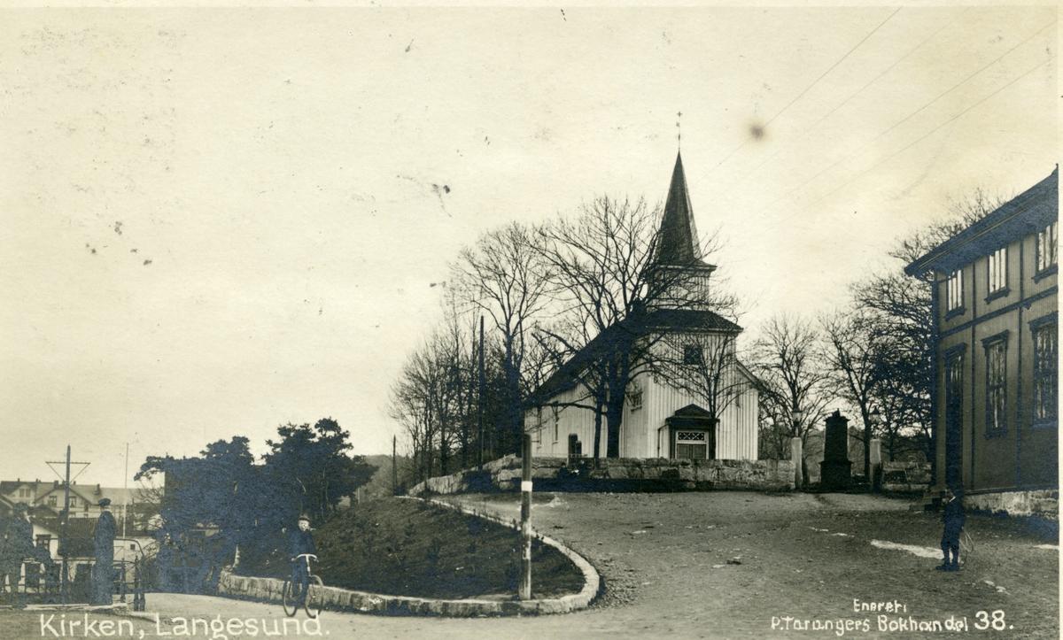 Kirken, Langesund. Sløyd og gymnastikkbygningen til høyre.