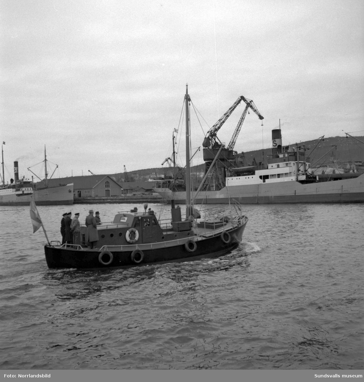 Lotsarna testar stadens nya lotsbåt.