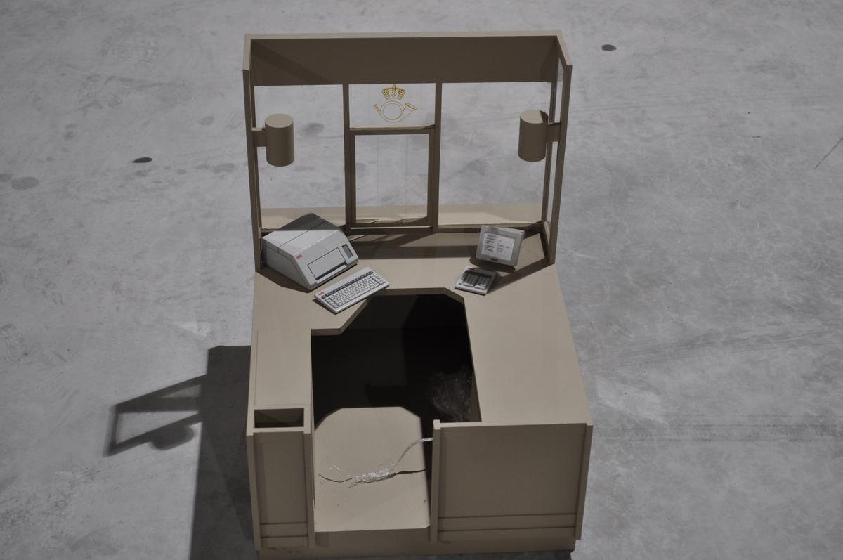 Modell av helfrontal skranke tilpasset skrankemaskin. Med maskin moduler.