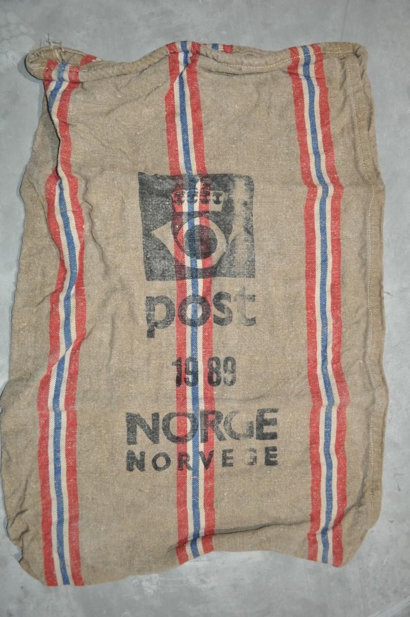 Postsekk med norske nasjonalstriper og postlogo.