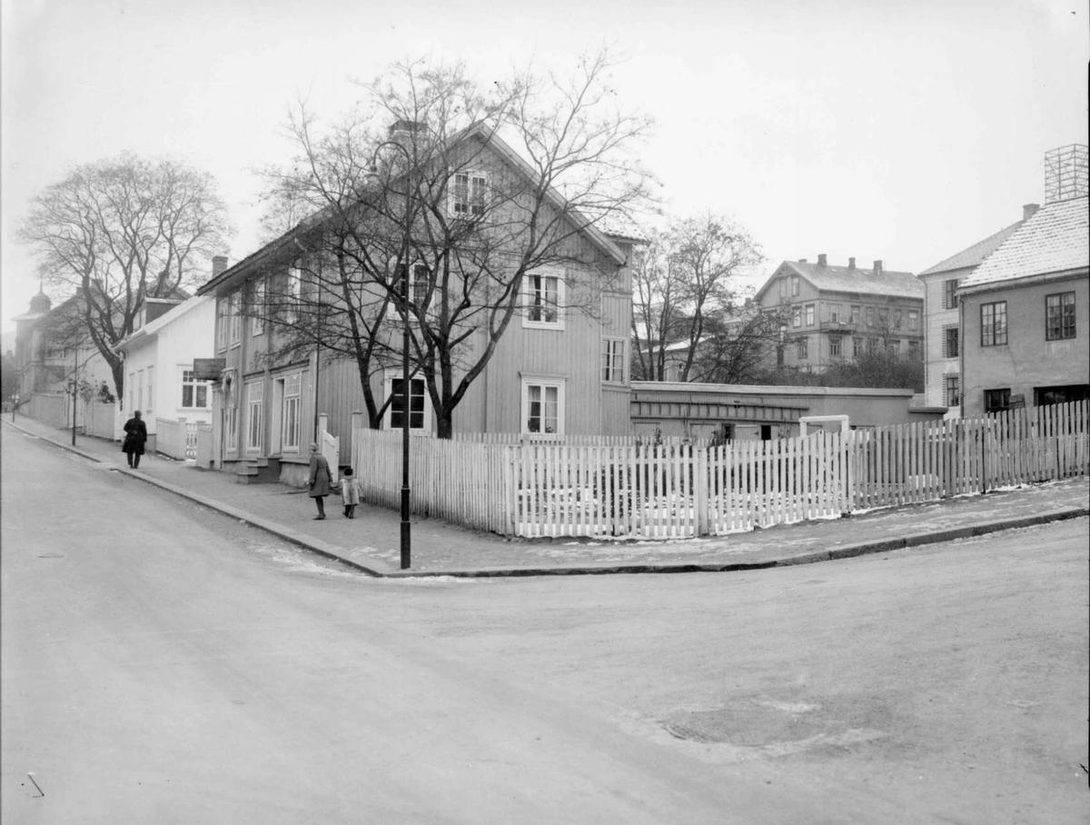 Repro: Bebyggelse ved gatehjørne i Lillehammer, Kirkegata og Bankgata.