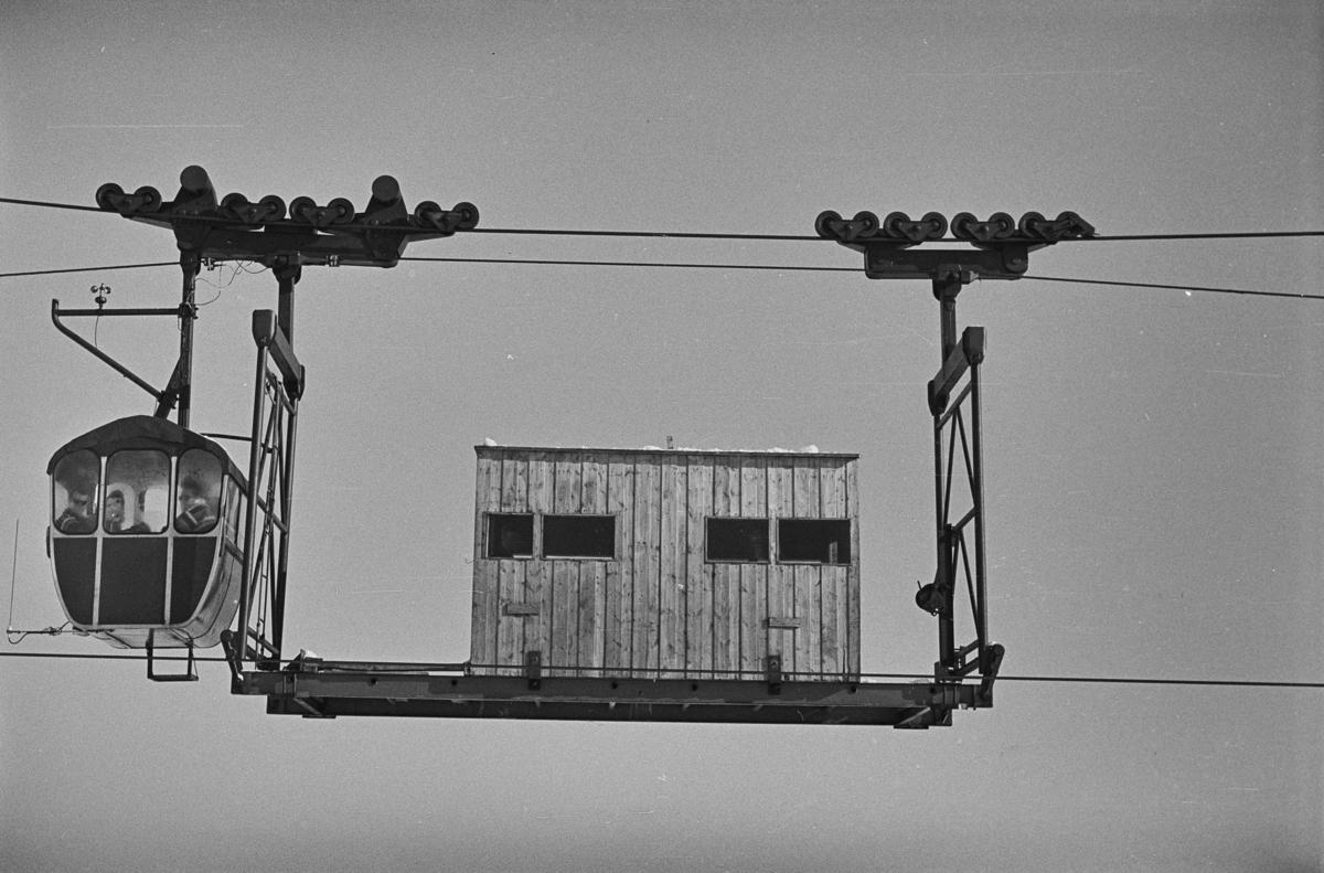 Gondolen til taubanen til forsvarets radaranlegg på Hummelfjell ved Os i Østerdalen, her på toppen.