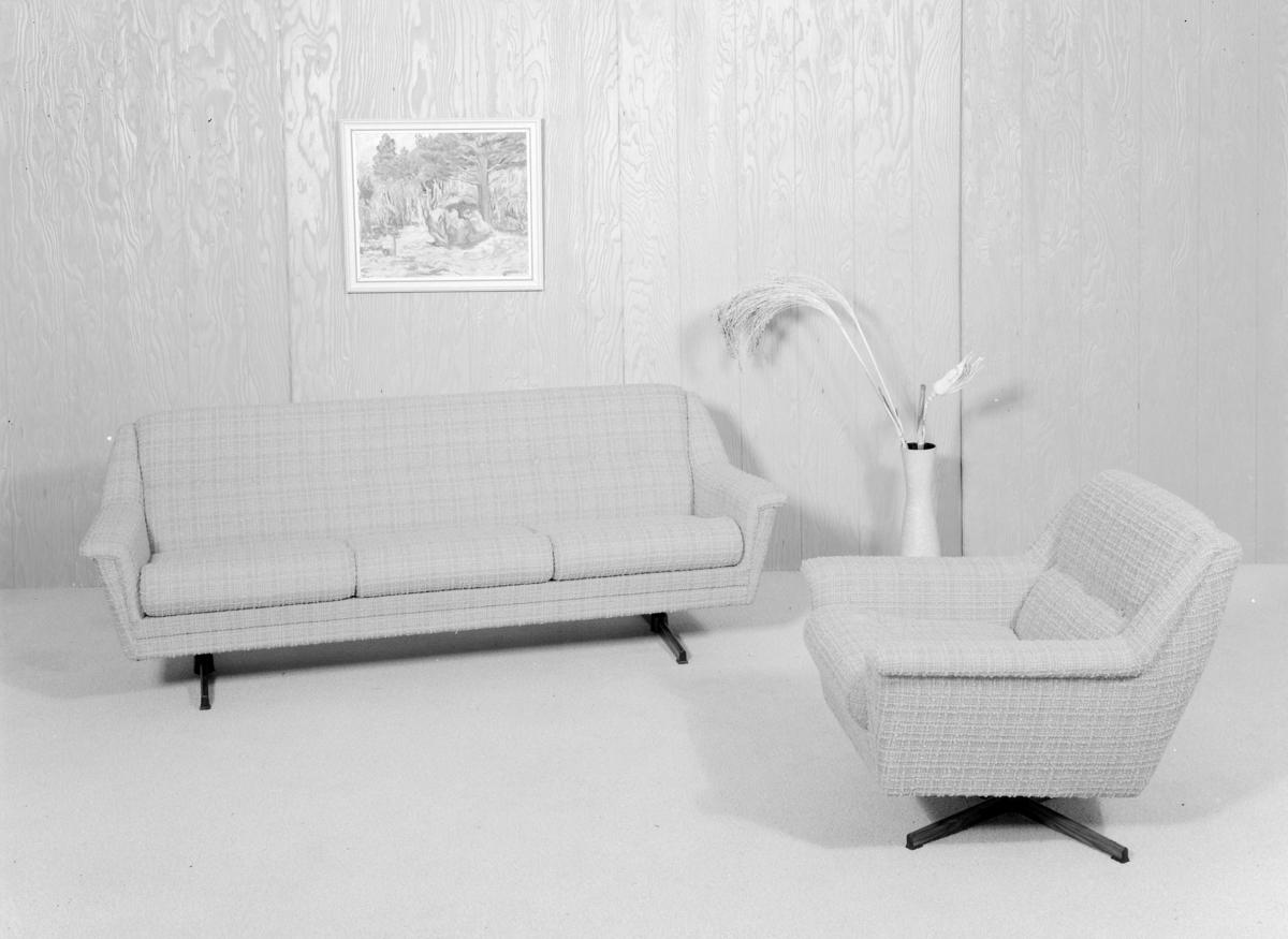 Sofa og lenestol/svingstol.