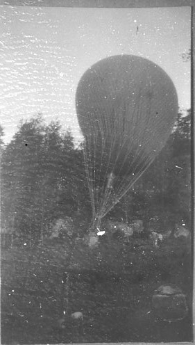 Kulballong m/1930, furir Suneson efter landning.