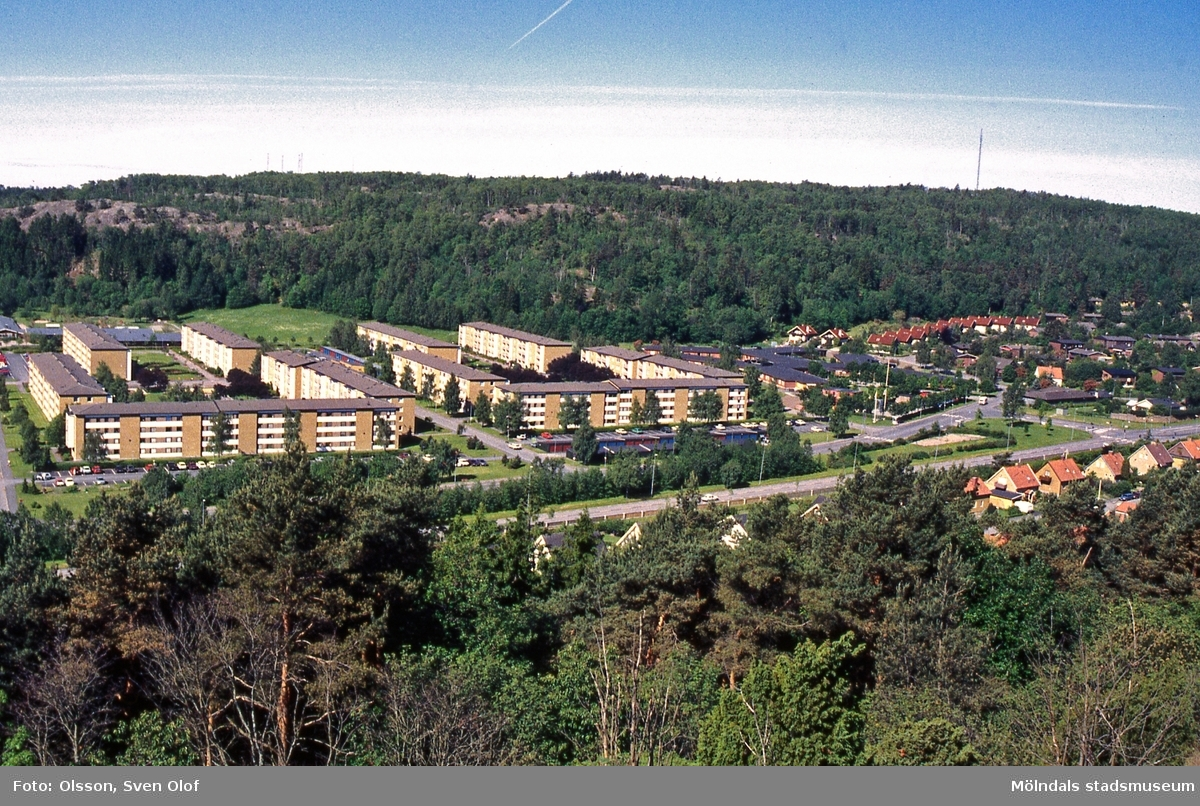Bostadsbebyggelse i Bifrostområdet norr om Pinharvsgatan i Mölndal, juni 1996. Vy från Toltorpsberget (Safjället). Till höger ses även villabebyggelse. T 6:14.
