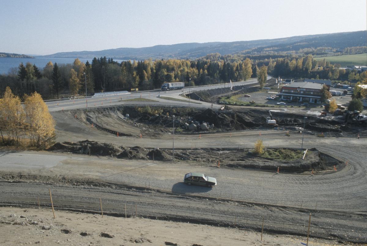 Lillehammer, Vingrom, Vingromkrysset, anleggsarbeid, bak i bilde E6, så avkjøring mot Vingrom sentrum og Torpa, Døsvegen mot Saksumsdalen i forgrunn, forretningsbygget til Bohus bak til høyre, mot sør, Mjøsa i bakgrunnen