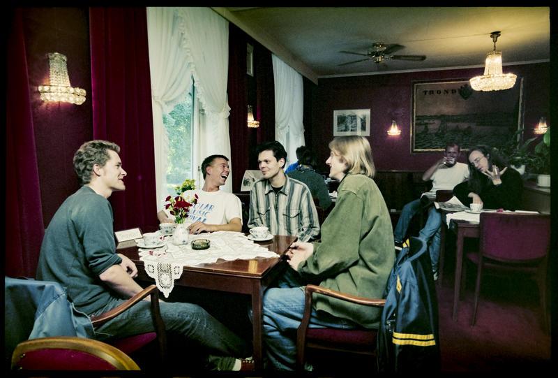 Intervju med bandet Hedge Hog i anledning utgivelse av deres EP brstl.com i 1996. Åstedet er selvsagt Bristol Conditori og journalisten sees i bakgrunnen. Foto: Aage Asphaug.