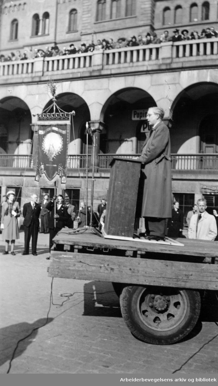 1. mai 1946, Arnfinn Vik taler på Youngstorget.
