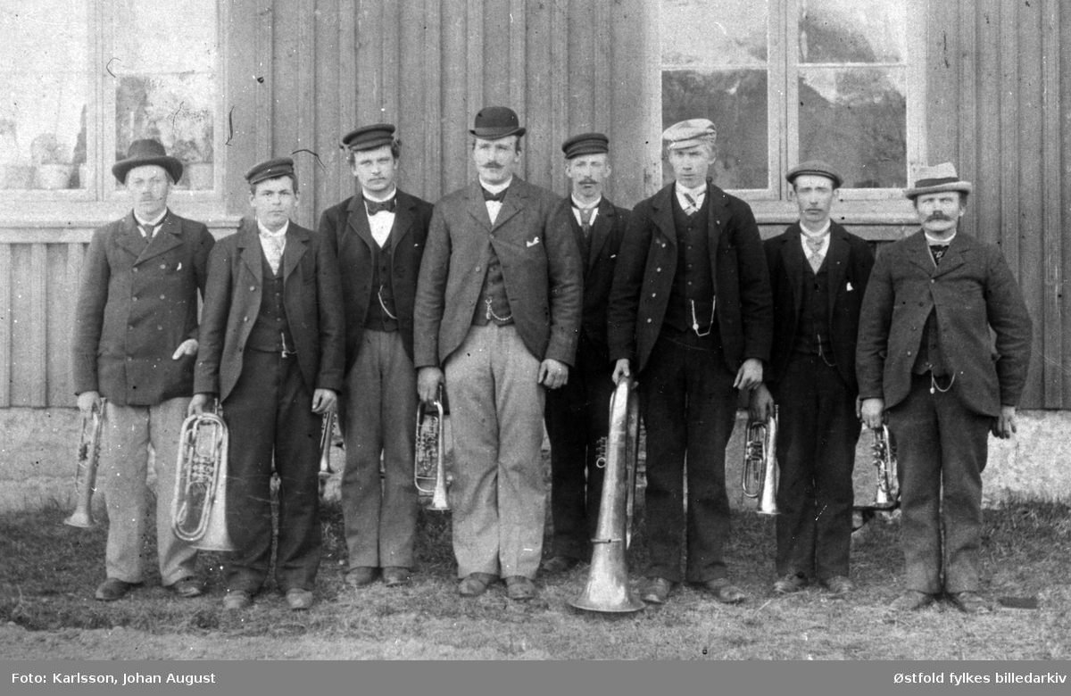 Sanne og Solli-musikken i Tune ca. 1900.   Fra venstre: 1. Aksel Berger, 4. Bråten (usikker), 5. Ludvik Sandengen, 6. Oskar Erlandsen, 7. Aksel Melleby, 8. Julius Mikken.