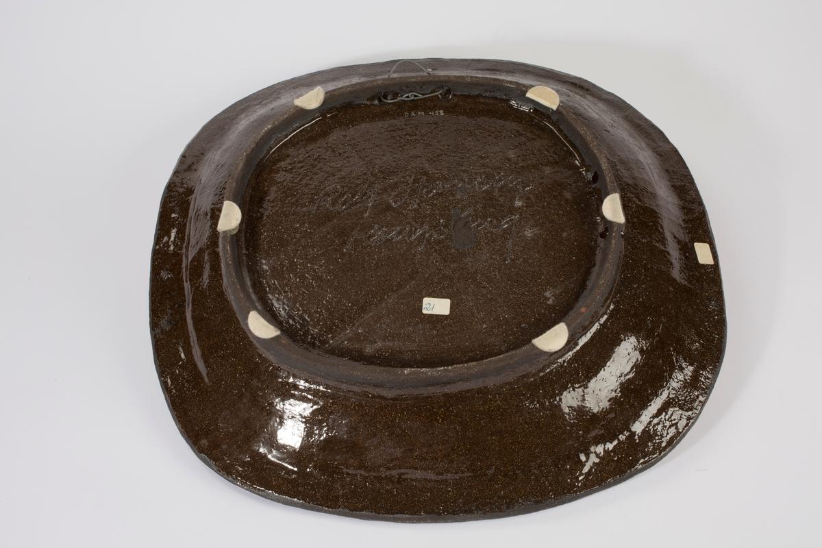 Avrundet keramikkfat.
