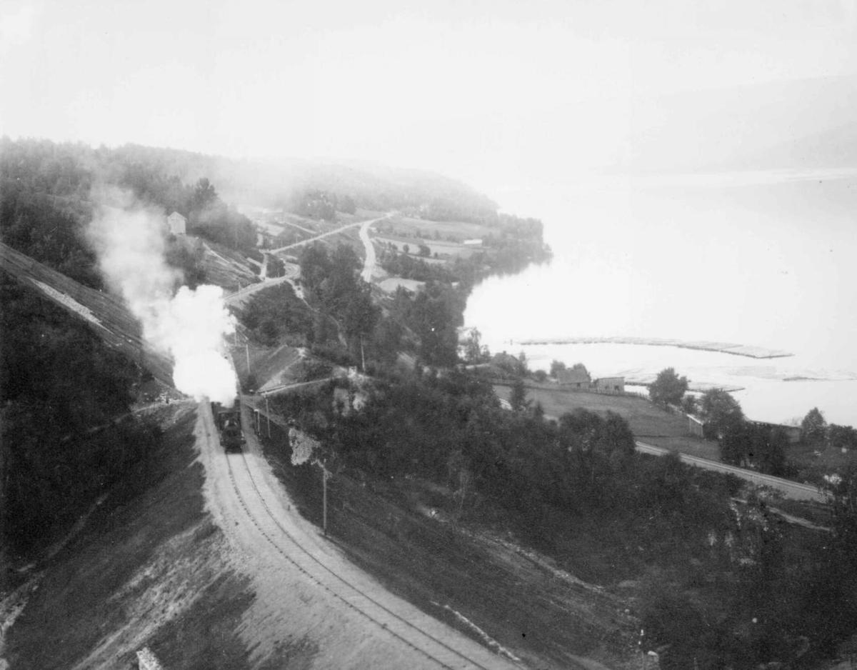 Repro: Jernbanelinjen sør for Lillehammer, med tog.