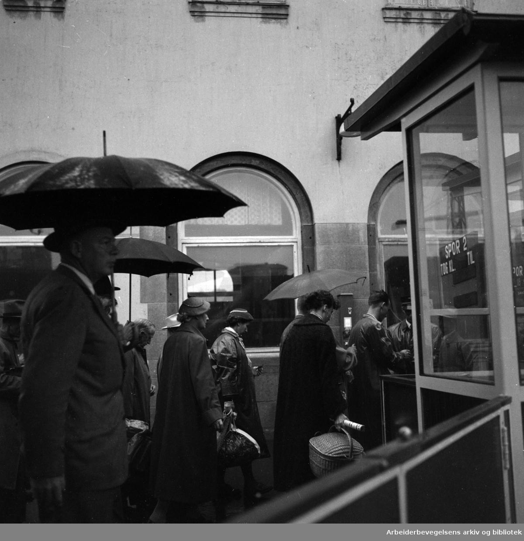 Vestbanestasjonen i regnvær. September 1956
