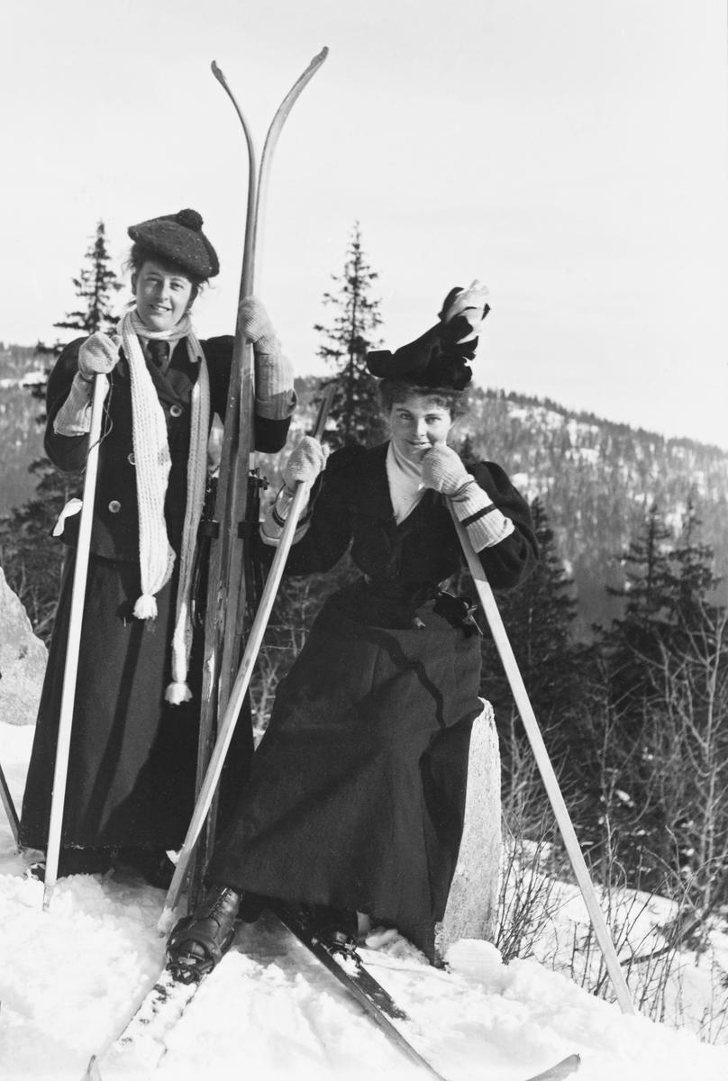Bilde viser to kvinnelige langrennsløpere fra tidlig 1900-tallet i Nordmarka. (Foto/Photo)