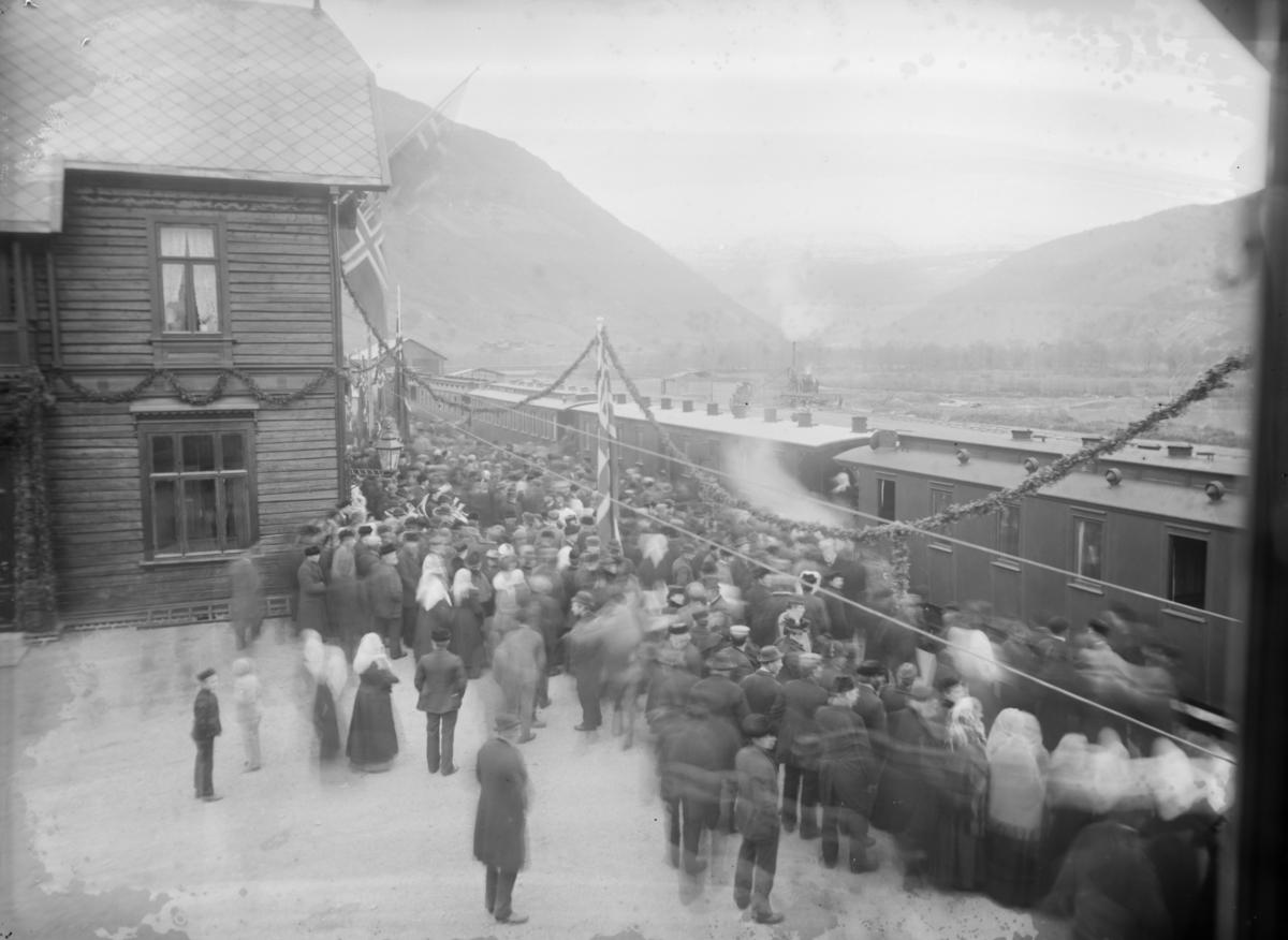 Innvielsestoget på Otta stasjon, togsettet med pyntet stasjon og oppmøtte personer