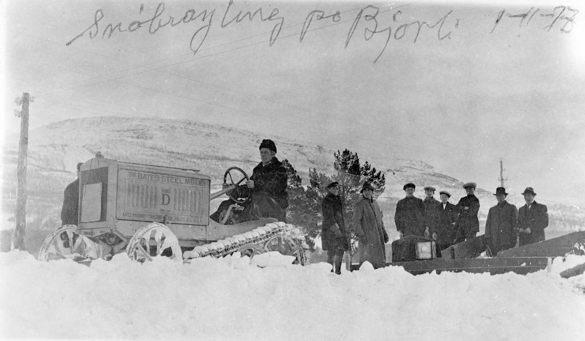 Bøvermoen, Bjorli Snøbrøyting med beltetraktor (Bates Steel Mule modell D, produsert 1919-1920) 9 personer på bildet, ingen identifisert, nr 6 kan være en av Sig Ts brødre