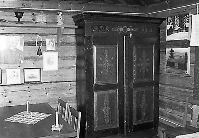 Bildarkivet vid Torsby Finnskogscentrum består till stor del av fotografier från de samlingar som sammanställts av finnbygdsforskarna Sigurd Bograng, Richard Broberg och Bror Finneskog. Fotografierna är tagna under forskningsresor i Värmlands finnskogsbygd under 1900-talet. Samlingarna innehåller också bilder tagna av privatpersoner och som donerats till Finnskogscentrum.  Samtliga bilder är belagda med öppen licens (CC-BY-SA) och är fria att använda om annat ej anges. Karmenkynna