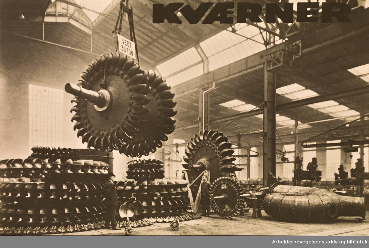 Kværner Brug, 1927-28. Interiør fra det nye opstillingsverkstedet med en enestående samling bestående av14 peltonhjul, samt løse skovler som skal benyttes til 2 hjul. Representerer i alt 80 000 kw.