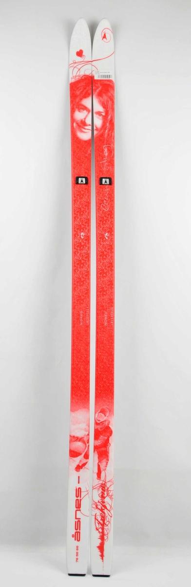 Ski med motiv av Cecilie Skog i to fargar der  skia må ligge inntil kvarandre for å få heile motivet. Signaturen hennar pregar det høgre skiet. Såle med stålkantar.