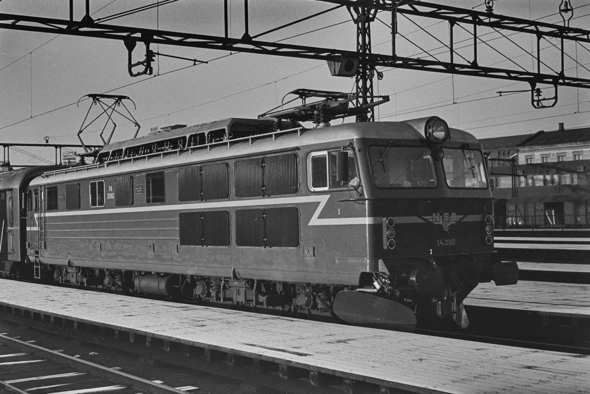 Elektrisk lokomotiv type El 14 nr. 2182 med persontog på Oslo Ø.
