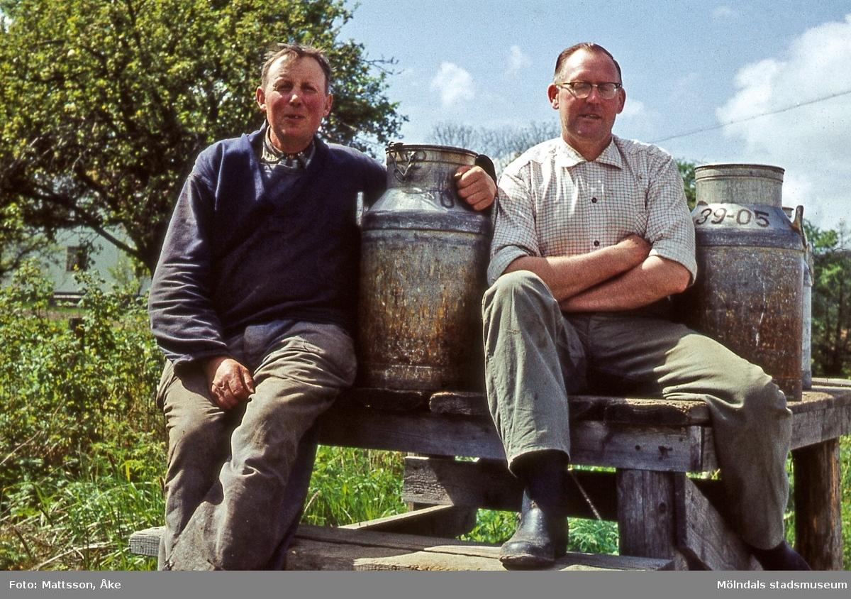 Kärra i Mölndal på 1960-talet. Sven Hansson till vänster och Karl-Erik Larsson tar sig en pratstund vid mjölkbordet.