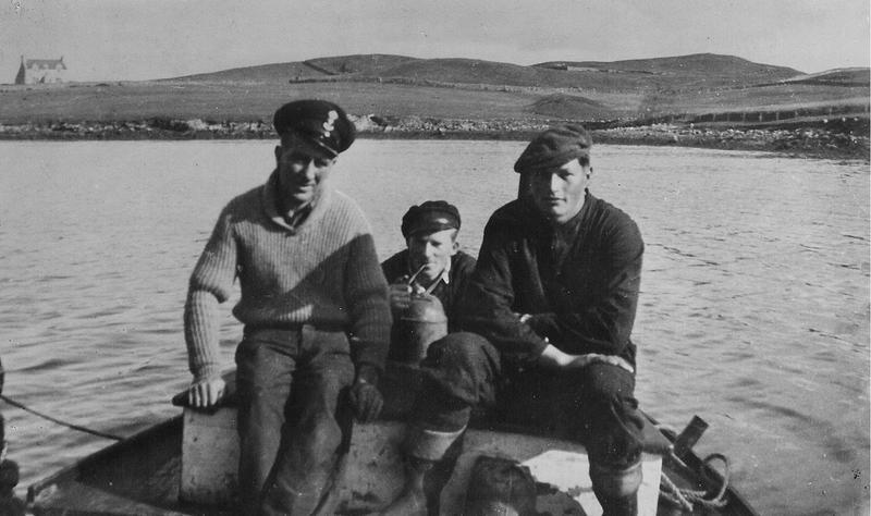 Fra venstre: Ingvald Johansen, Åge Sandvik og Johan Hermandsen. Blidet er tatt ved basen i Lunnavoe. Tilhører Scalloway Museum. (Foto/Photo)