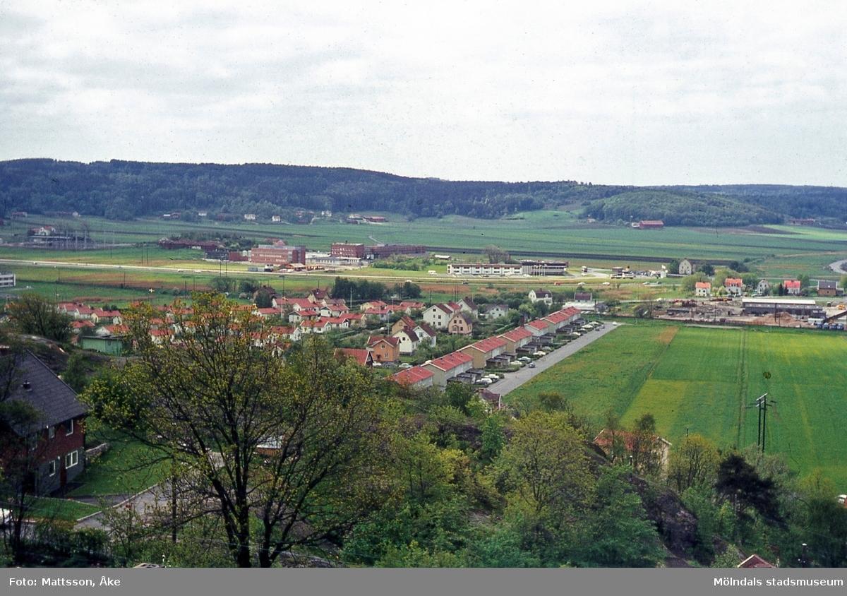 Vy över del av Mölndal med Brännas i förgrunden och Kärra i bakgrunden.