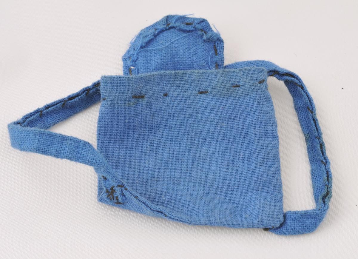 Liten, heimesydd ryggsekk til dokka FYB.00897. Truleg sydd av eit barn, stinga er store tråklesting.