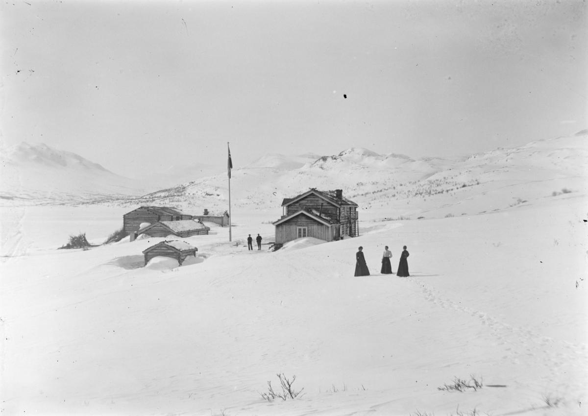 Sjodalen, Bessheim mot sør, menn ved huset og kvinner går på skaren