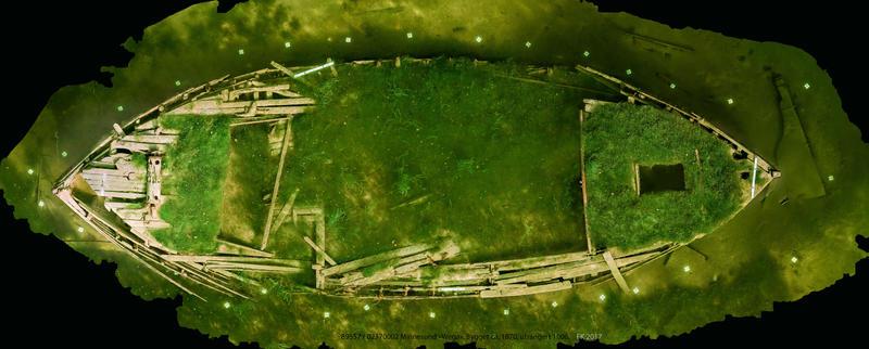 Ortofoto basert på fotogrammetri av mjøsjakta Wega. Vraket ses ovenfra. Dekket er nesten helt overgrodd av vegetasjon, mest mose.