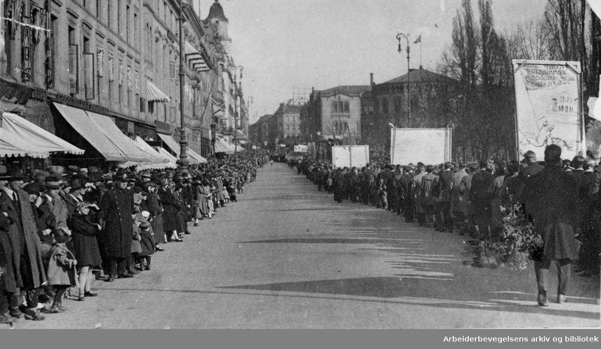 1. mai 1925 i Oslo. Toget på vei nedover Karl Johans gate ved Studenterlunden.