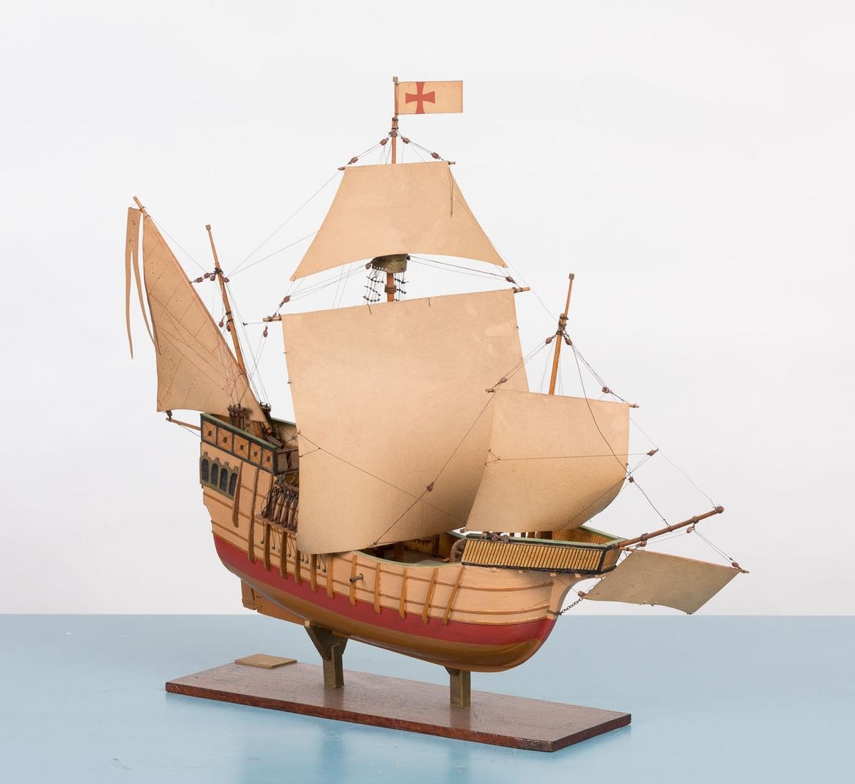 """Modell av karavellen """"Santa Maria"""" fra 1422. Modell av skipet som Christopher Columbus braukte da han oppdaget Amerika i 1492. Materialkostnader oppgitt til kr 85,-"""
