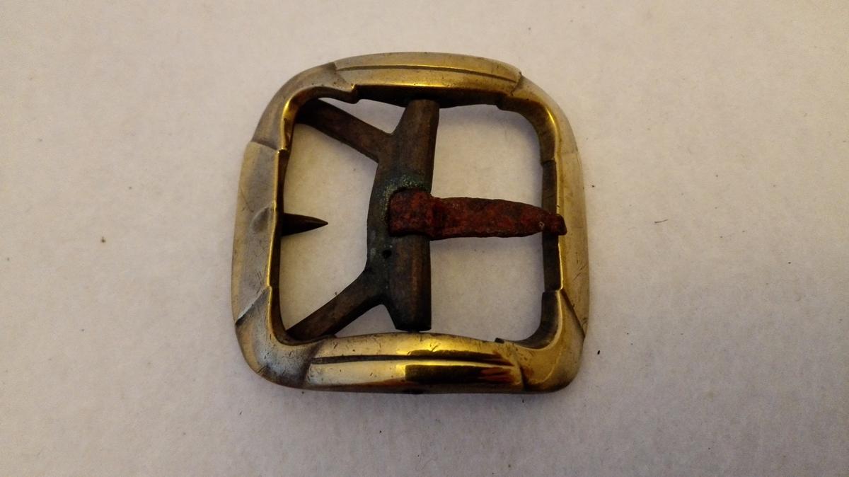 3 skospender (379 - 381) av messing for kvindesko. De to er par. Kjøpt av Jens Skavl, Leikanger 14/8 1904.