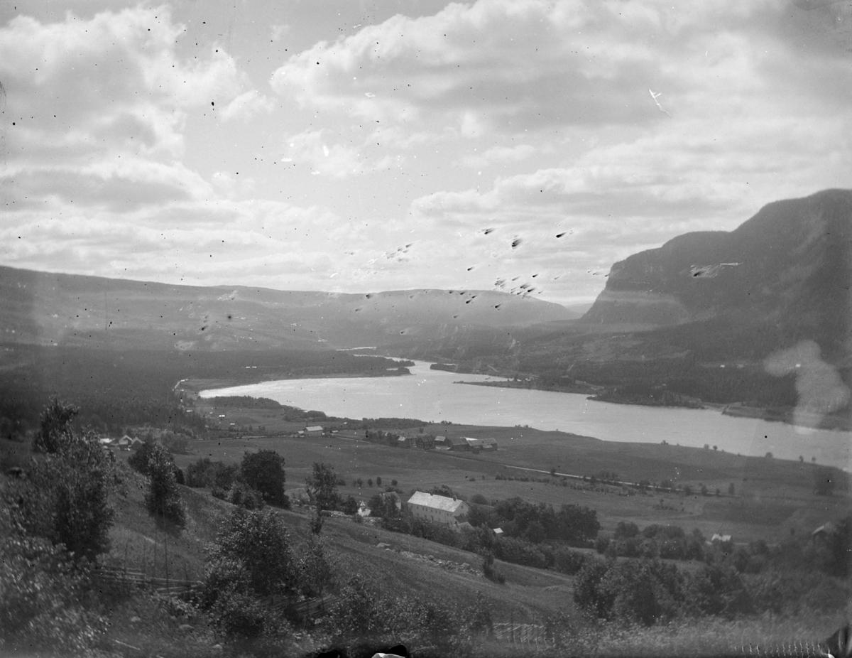 Utsikt sørover dalen med Øyer prestegård og Jevne gård