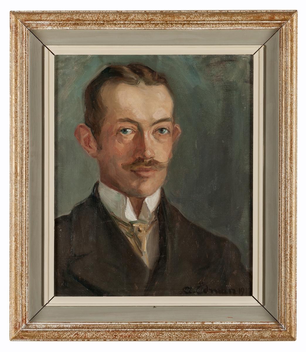 Porträtt utfört av Anna Ödman, avbildande hennes bror Tycho Ödman. Olja på duk. Träram, stöpplad guld och grå (skrivet på baksida). Signatur A. Ödman 1912.