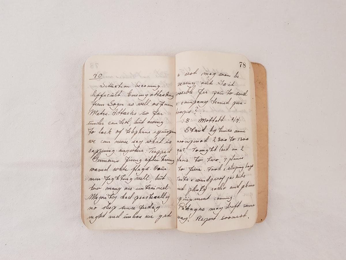 I boken har Harral Risnes notert sendte og mottatte meldinger mens han var i Bjørn West.