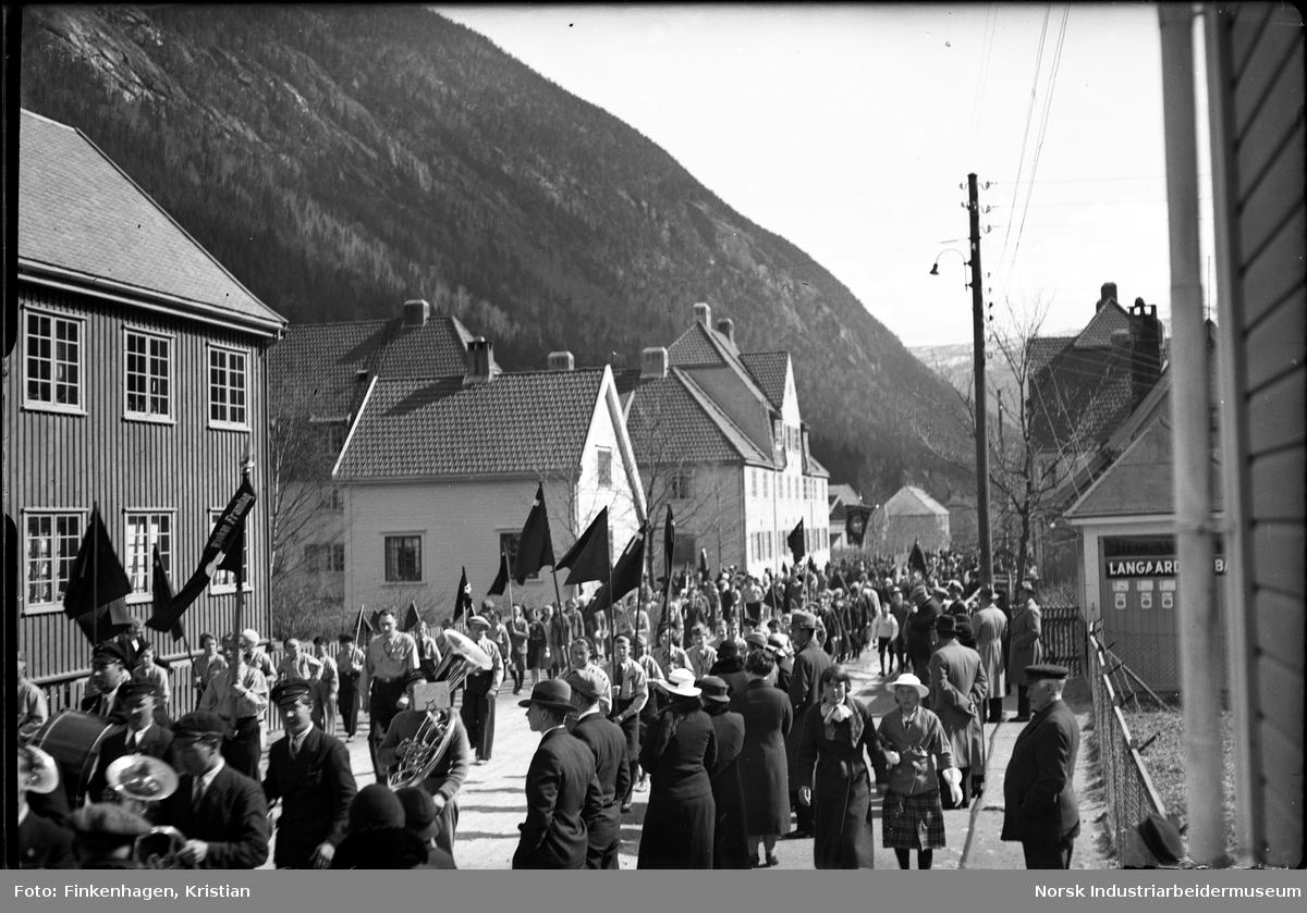 Rjukan Framlag i 1. mai-tog i Sam Eydes gate. Korps spiller i toget.