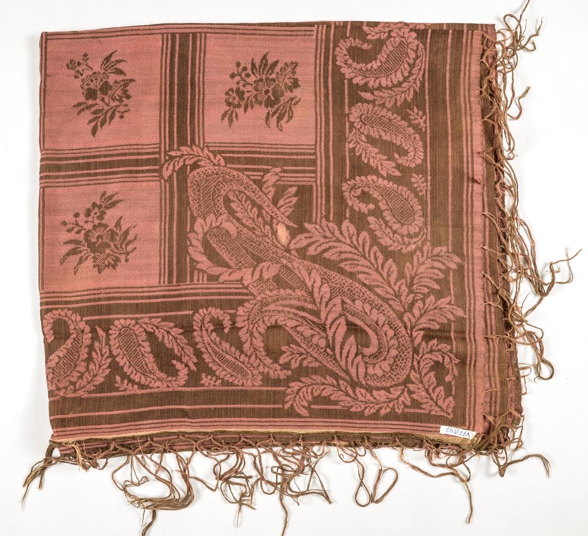 Sjal i tynn damaskvove ull i gamalrosa og brunt. Falda langs to sider, påsette frynser.