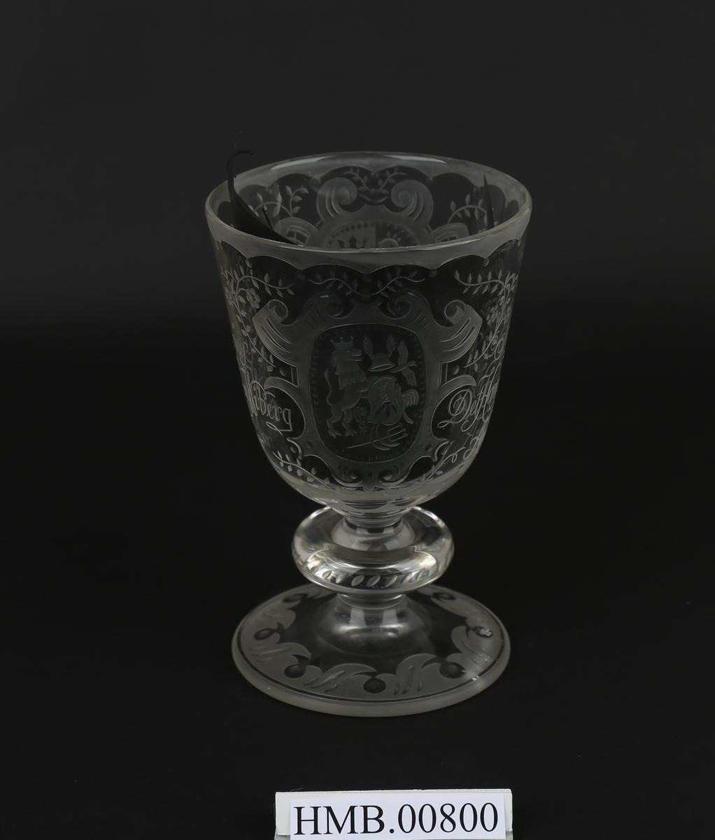 Pokal i glass gitt til daværende direktør ved Det Hanseatiske museum, Christian Koren Wiberg.