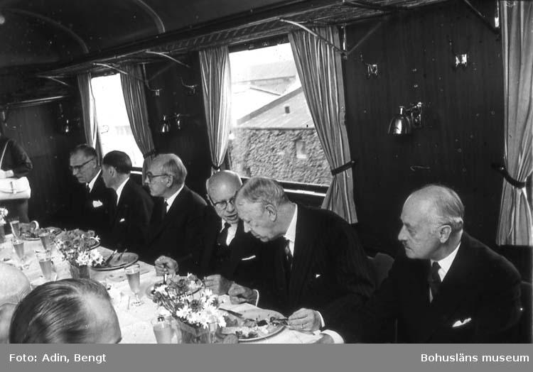 Kungainvigningen 16 juni 1964.  Fotograf Bengt Adin, Göteborg. Regi Hans Håkansson. Restaurantvagn. Till vänster om Kungen Standard Oil- chefen.