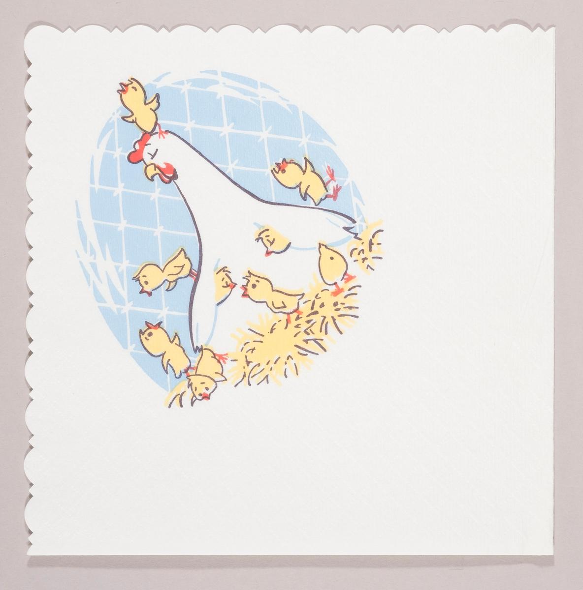 En hønemor sitter i et rede omgitt av kyllinger. I bakgrunnen et stort blått påskeegg.