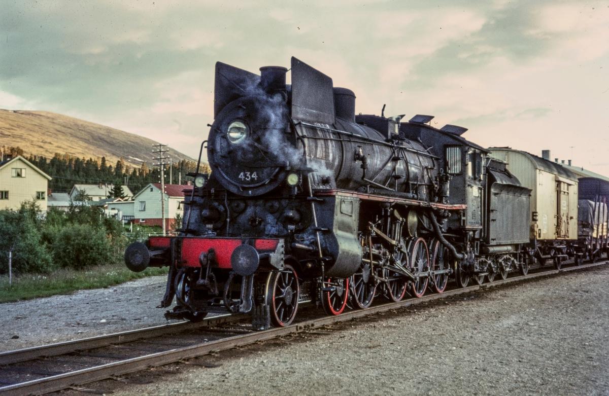 Nordgående underveisgodstog på Os stasjon. Toget trekkes av damplokomotiv type 26c nr. 434.