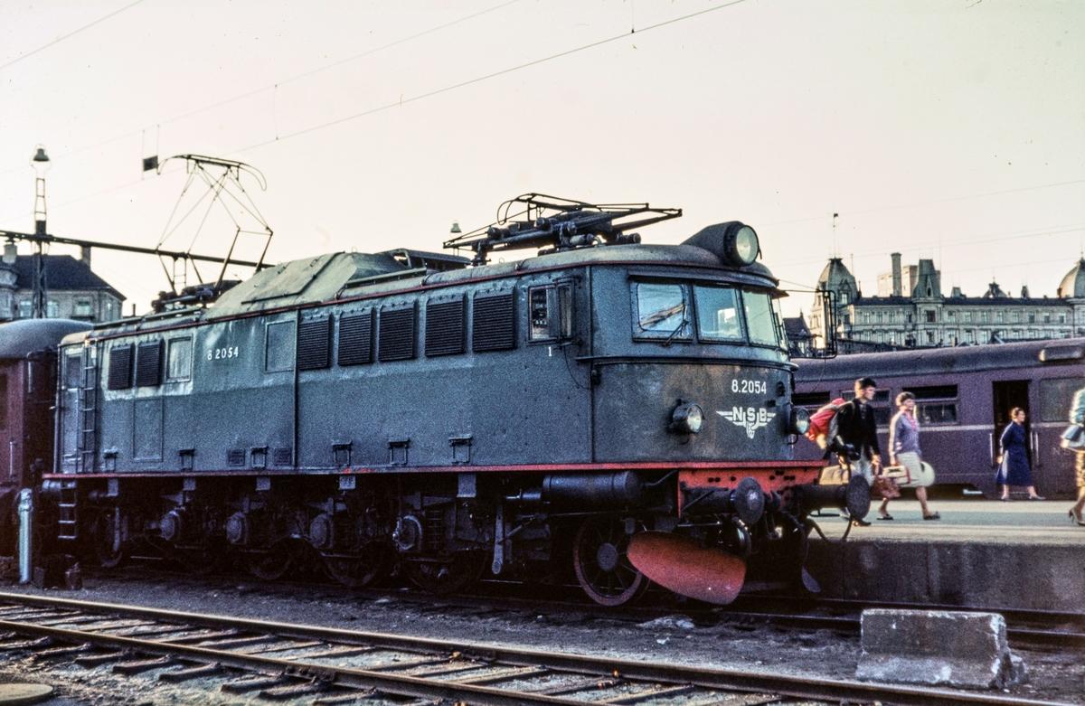 Dagtoget fra Stavanger til Oslo V, tog 702, har ankommet Oslo V. Toget trekkes av elektrisk lokomotiv type El 8 nr. 2054