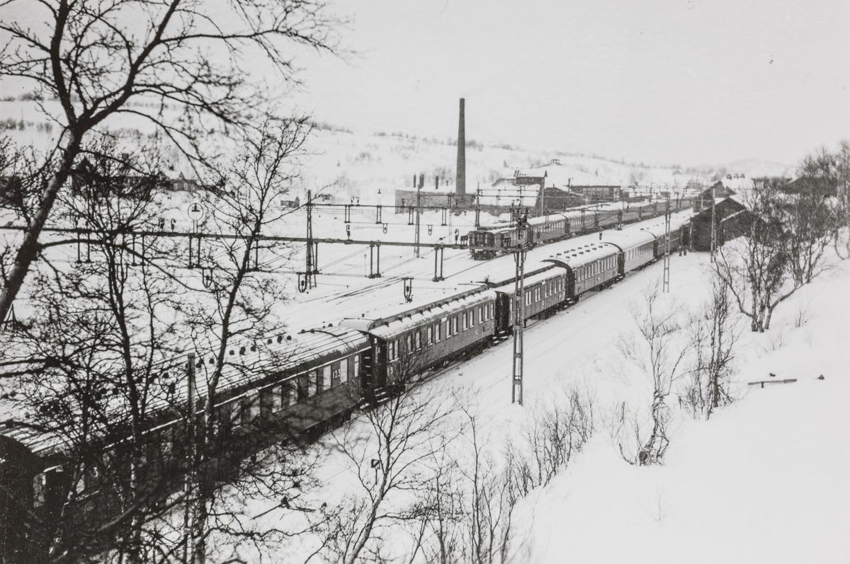 "Vinterturisttoget ""Fjellräven"" har ankommet Storlien stasjon."