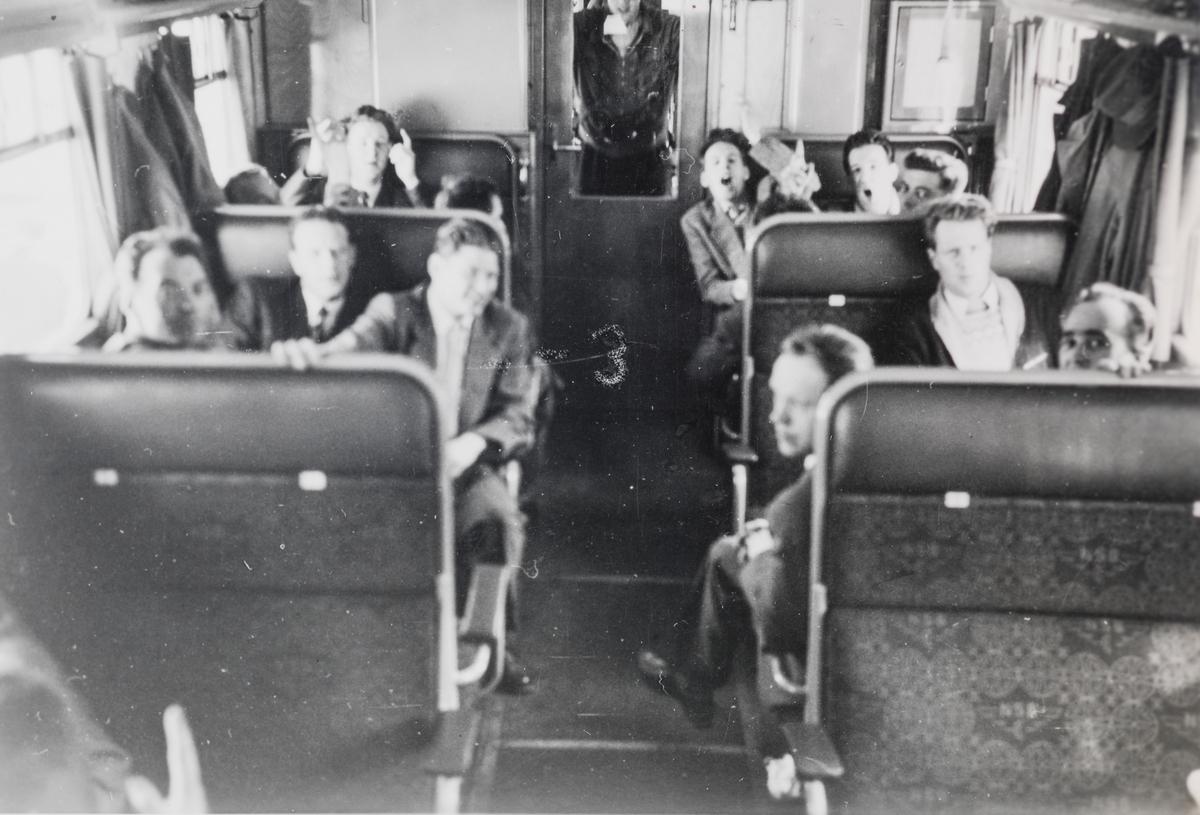 Elever på jernbaneskolens fyrbøterkurs i 1958 på tur ombord i motorvogn Bmdo 91 10.