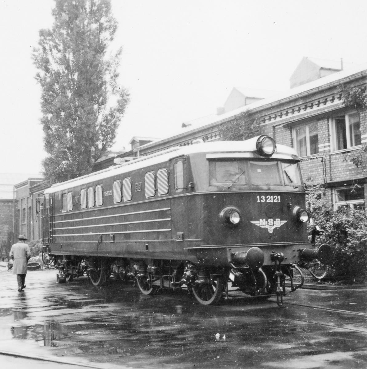 Elektrisk lokomotiv type El 13 nr. 2121 ved leveranse fra Thunes Mekaniske Verksted i Oslo. Dette var første lokomotiv av denne typen.