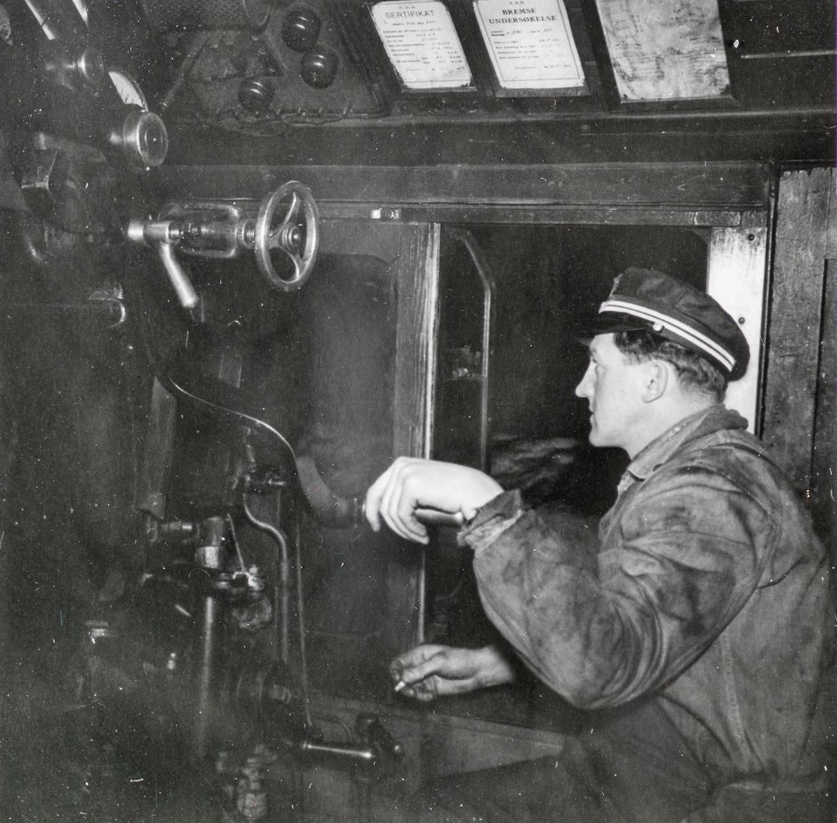 Lokomotivførerens arbeidsplass i damplokomotiv type 33c nr. 396. Snøryddingstjeneste på Saltfjellet.