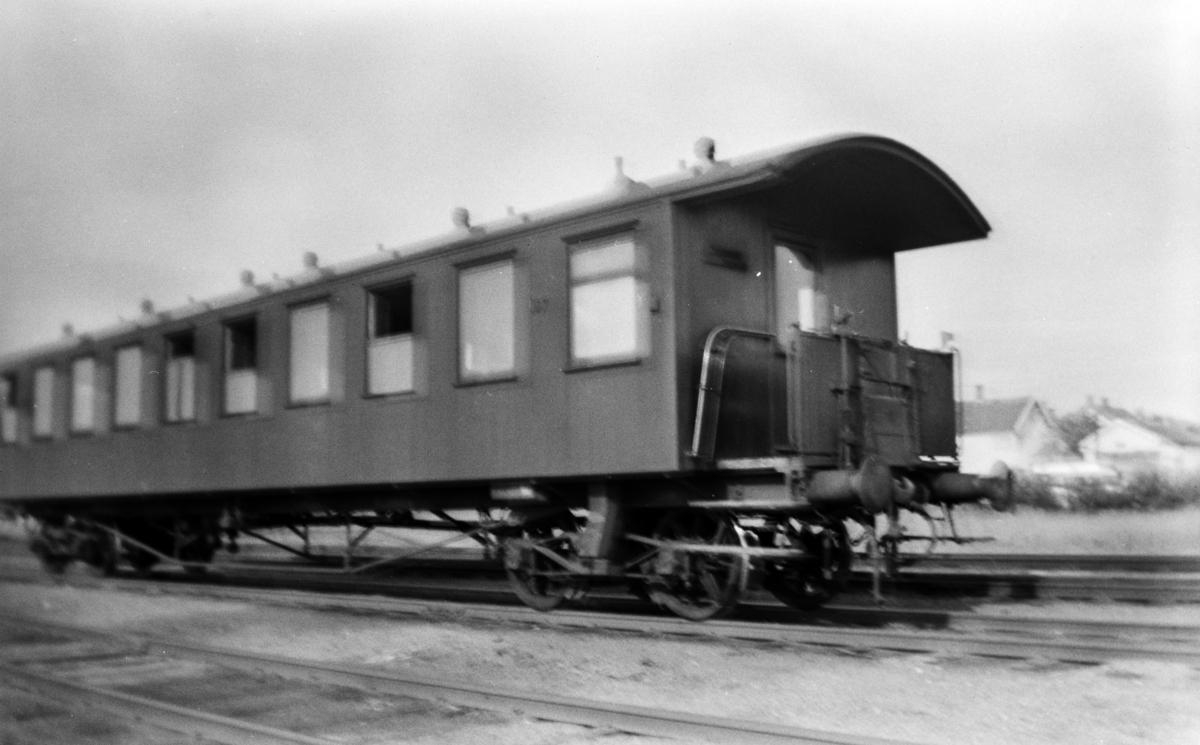 """Normalsporet personvogn type Co4a. Dette var NSBs enkleste personvogntype og ble bl.a. omtalt som """"Sportsvogner"""". Vognen hadde 106 sitteplasser."""