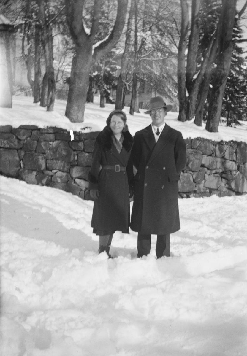 Kvinne og mann i Storgata ved Den Høyere Skole.